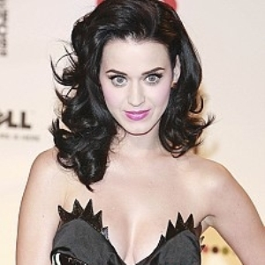 Katy Perry opts for bold eye makeup