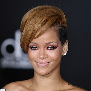 Rihanna's bright eye makeup at the American Music Awards