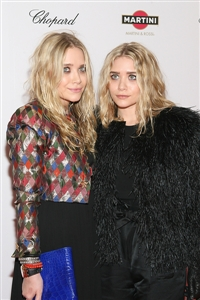 Mary Kate and Ashley Olsen pair fabulous makeup with terrible clothes.