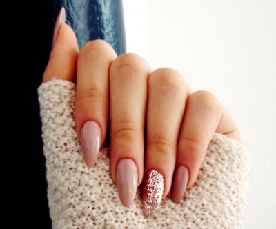 ... Almond-shaped acrylic nails with a glitter statement nail - 10 Must-Try Almond-Shaped Acrylic Nail Designs