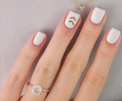 Add some gold accents for elegant nude nail art